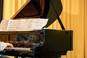 zwarte hoogglans piano